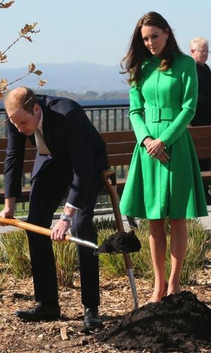 24.abr.2014 - O príncipe britânico William planta sementes enquanto é observado por sua mulher, Catherine, no Jardim Botânico Nacional de Canberra, na Austrália, nesta quinta-feira (24). O casal real e seu filho, o pequeno George, estão em visita oficial de três semanas ao país e à Nova Zelândia