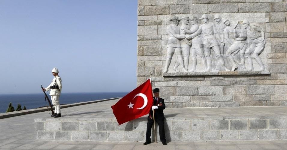 24.abr.2014 - Veterano de guerra senta-se em frente ao memorial turco em Gallipoli (Turquia), nesta quinta-feira (24), enquanto aguarda o início das homenagens ao 99º aniversário das operações militares da Primeira Guerra Mundial na cidade