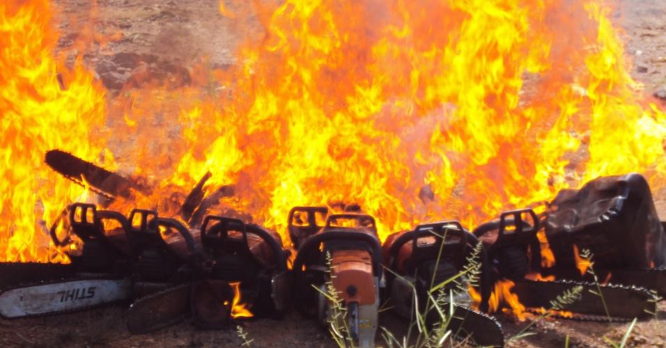 abr.2014 - O Ibama realizou uma operação de fiscalização na Terra Índigena Menkragnoti, de cerca de 4,9 milhões de hectares, no Estado do Pará. Os indígenas da etnia Kayapó denunciaram ao Ibama a ação de madeireiros ilegais em suas terras. Foi definido um plano de atuação em parceria entre o Ibama e os Kayapós que resultou na detenção em flagrante de 40 pessoas, na destruição de 11 acampamentos de madeireiros e na apreensão de 26 motosserras, além de multas no valor de R$ 50 milhões. A Terra Indígena Menkragnoti abrange os municípios de Altamira e São Félix do Xingu/PA, Matupá e Peixoto de Azevedo/MT