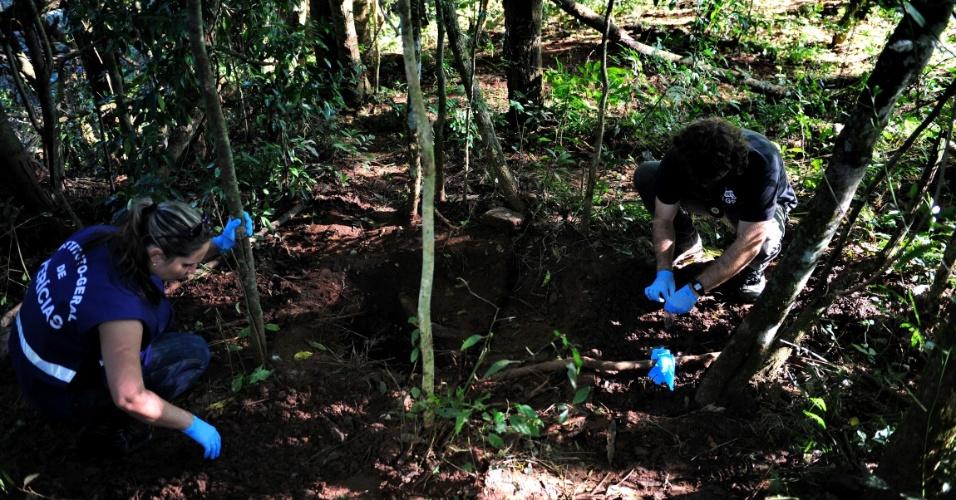 24.abr.2014 - Agentes do IGP (Instituto-geral de Perícias) examinam a cova onde foi encontrado enterrado o corpo de Bernardo Boldrini, 11, às margens de um rio na cidade de Frederico Westphalen, no Rio Grande do Sul