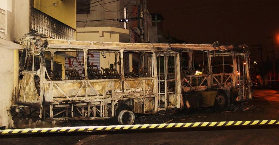 24.abr.2014 - Ônibus é incendiado na quinta-feira (24) na rua Madre Teresa de Calcutá, em Taboão da Serra (SP)
