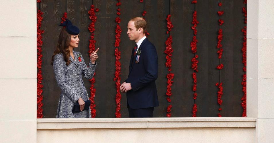 25.abr.2014 - O príncipe William e sua mulher, a duquesa Catherine de Cambridge, passam por muro coberto por papoulas no Memorial de Guerra da Austrália, em Canberra