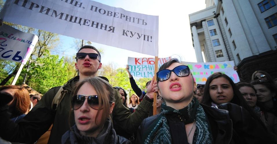 25.abr.2014 - Centenas de estudantes da Escola de Administração da Universidade de Kiev fazem protesto em frente a ministério na Ucrânia. Os alunos protestam contra o fechamento de seu curso pelo governo, que alega falta de recursos. O país passa por uma séria crise desde 2013