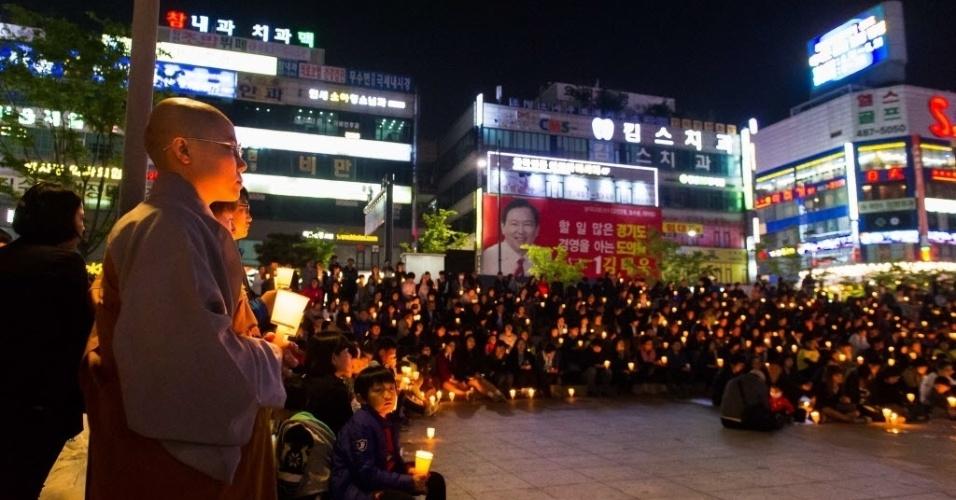 25.abr.2014 - Coreanos participam de uma vigília com velas em Ansan, na Coreia do Sul, para homenagear as vítimas do naufrágio da balsa Sewol, nesta sexta-feira (25)