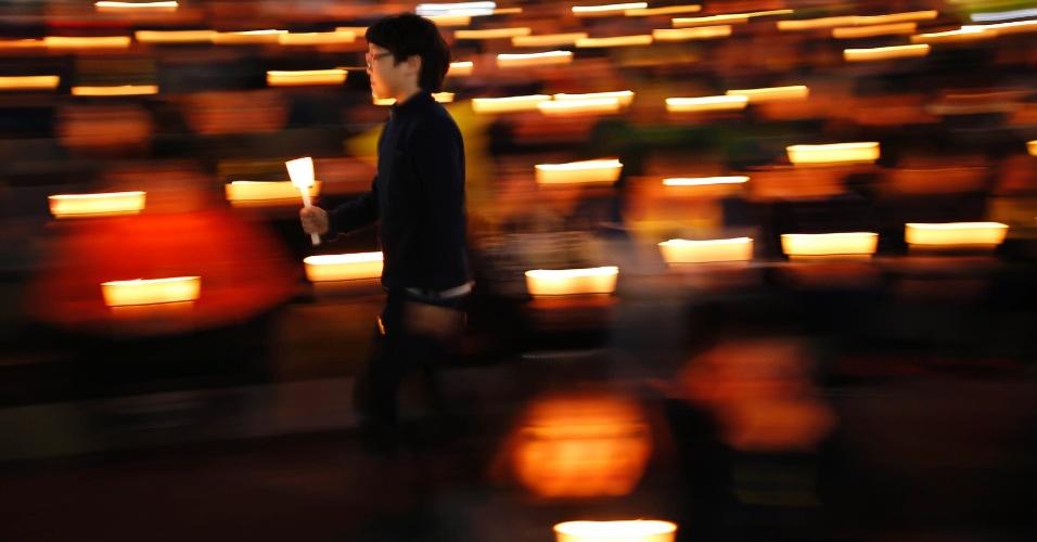 25.abr.2014 - Menino participa de uma vigília com velas em Ansan, na Coreia do Sul, para homenagear as vítimas do naufrágio da balsa Sewol, nesta sexta-feira (25)