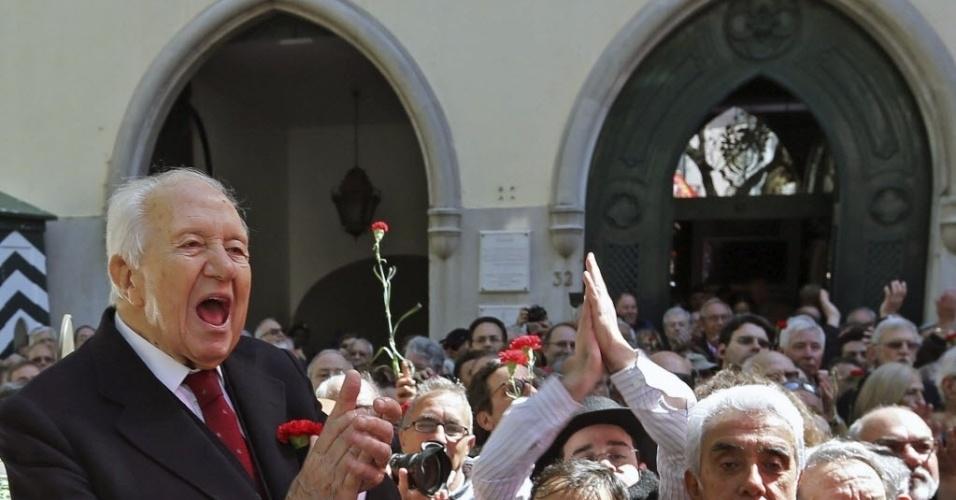25.abr.2014 - O ex-presidente português Mário Soares participa de uma das homenagens aos 40 anos da Revolução dos Cravos, que derrubou a ditadura de António de Oliveira Salazar (1933-1974), realizada na praça do Carmo, em Lisboa, Portugal, nesta sexta-feira (25)