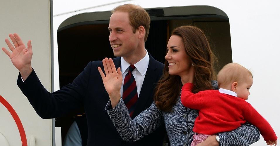 25.abr.2014 - O príncipe William, sua mulher, Catherine, e o filho do casal, George, deixam a cidade de Canberra, na Austrália