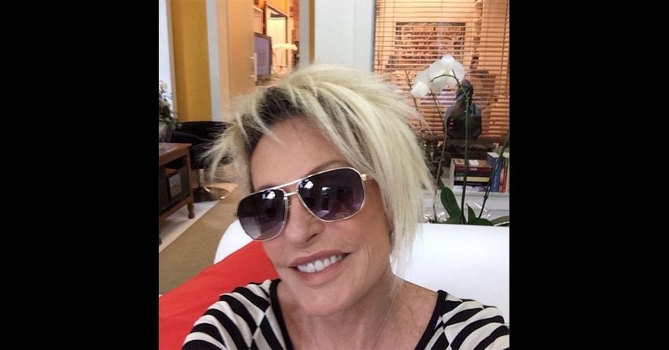 A apresentadora Ana Maria Bragra (@anamaria16) tira 'selfies' (autorretratos) que mostram os bastidores do programa 'Mais Você'