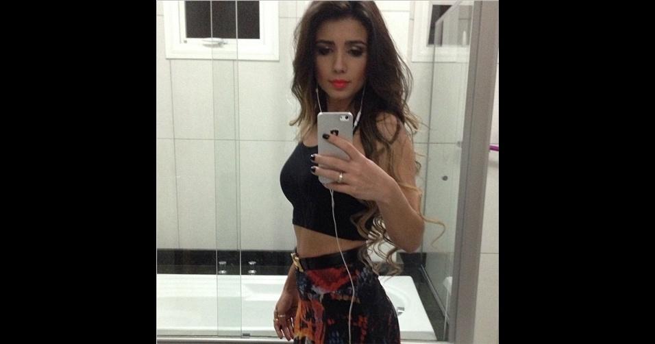 A cantora sertaneja Paula Fernandes (@paulafernandes) tem o costume de publicar 'selfies' (autorretratos) mostrando os looks que usa no dia a dia e em shows