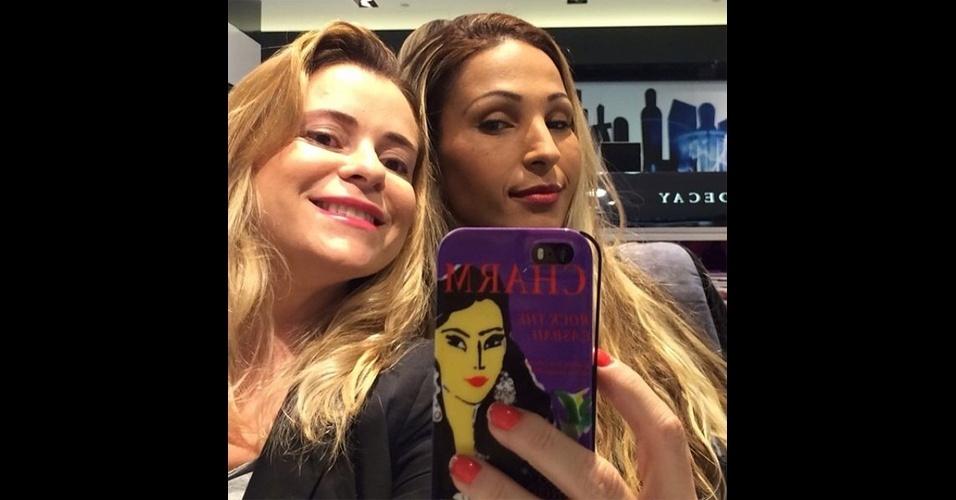 A funkeira Valesca Popozuda (@valescapopozudaoficial) tira alguns 'selfies' com amigos em momentos de descontração e publica no seu Instagram