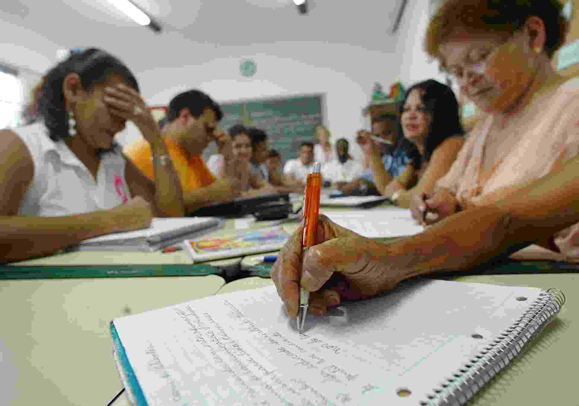 Adultos alfabetizados pelo CIEJA (Centro Integrado de Educa?o de Jovens e Adultos) na Zona Norte - Antônio Gaudério/Folhapress