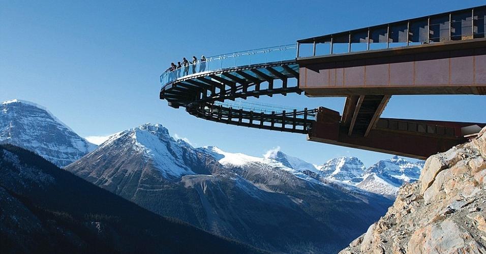 Misto de passarela e observatório, o Glacier Skywalk eleva-se a 280 metros de altitude e permite aos visitantes ter uma vista ímpar das montanhas rochosas do Canadá. O espaço que estará aberto ao público a partir de 1o. de maio abre-se sobre o Parque Nacional Jasper
