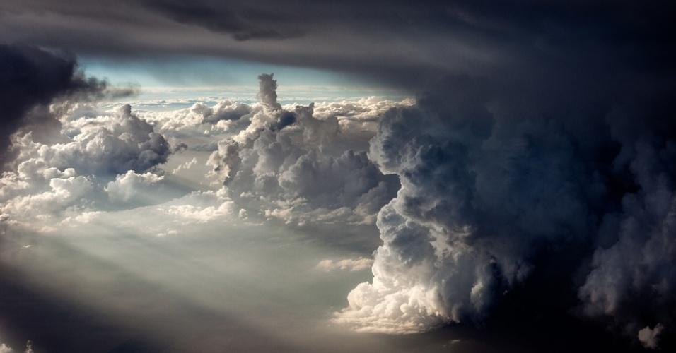 O caçador de tempestades Mike Olbinski, 39, tem fotografado fenômenos climáticos extremos no sul dos Estados Unidos. Olbinski passa grande parte de seu tempo livre fazendo os registros. As fotos incluem tempestades de raios e grandes supercélulas, supertempestades caracterizadas por uma persistente corrente de ar ascendente giratória. A maioria dos fenômenos foi capturada nos Estados de Arizona, Kansas e Texas
