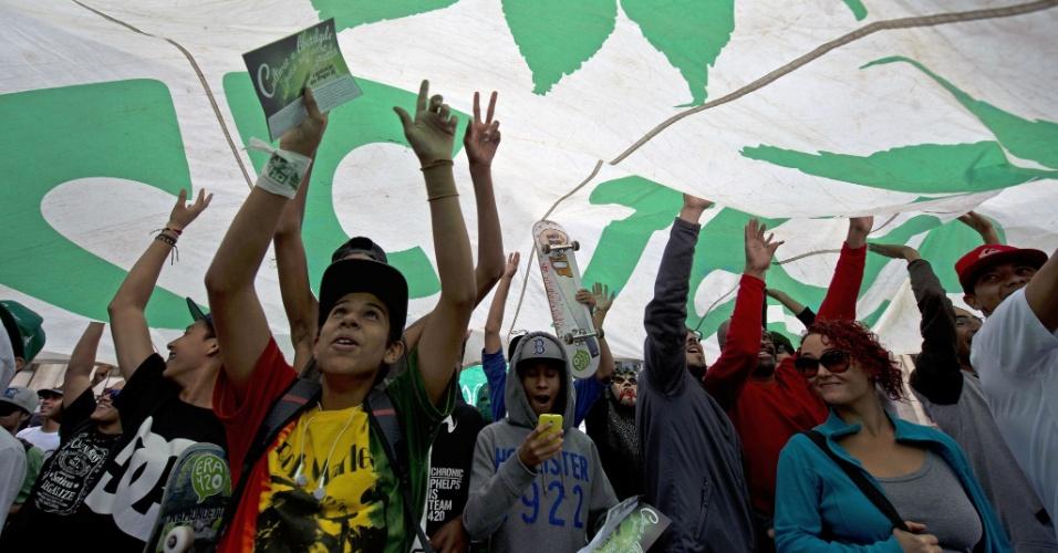 26.abr.2014 - Grupo com uma bandeira gigante e com as folhas da maconha desenhadas participa da Marcha da Maconha de São Paulo, neste sábado. Este ano o evento defende o cultivo caseiro da erva