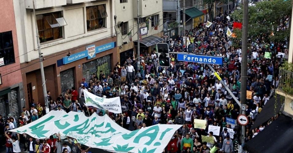 26.abr.2014 - Após a concentração na avenida Paulista, a Marcha da Maconha desceu a rua Augusta rumo ao centro de São Paulo