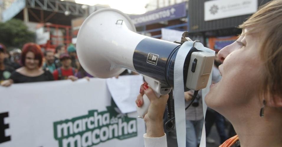 26.abr.2014 - A Marcha da Maconha deste ano defendeu o cultivo caseiro da erva e reuniu 3 mil pessoas, de acordo com a estimativa da Polícia Militar