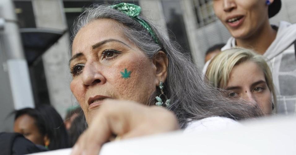 26.abr.2014 - Com máscaras e enfeites alusivos à erva, manifestantes participam da Marcha da Maconha em São Paulo. Eles partiram da avenida Paulista rumo ao centro da cidade. Pacífico, o ato defendeu o cultivo caseiro da maconha