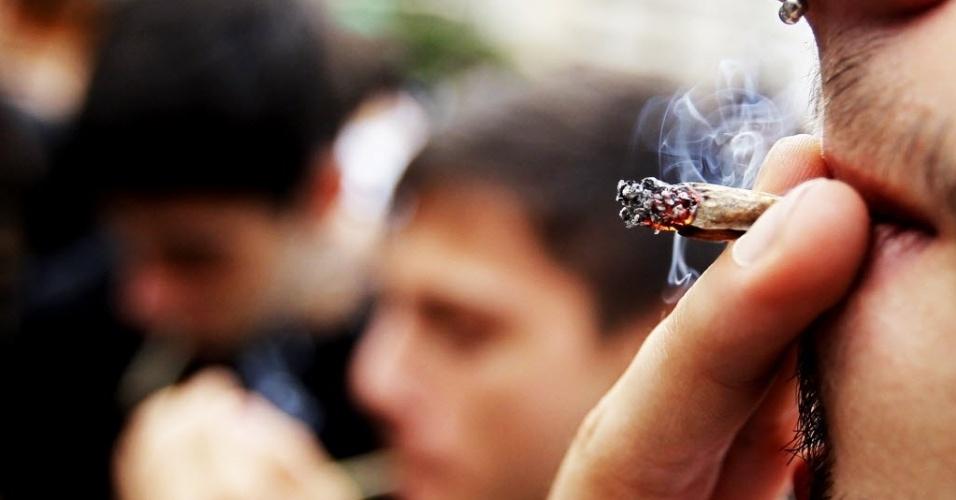 26.abr.2014 - Grupo fuma cigarros de cannabis durante a Marcha da Maconha de São Paulo, neste sábado (26). Este ano o evento defende o cultivo caseiro da maconha. Os organizadores esperam reunir 10 mil pessoas na região da avenida Paulista