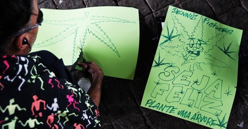 26.abr.2014 - Homem escreve cartaz com mensagem de incentivo a plantio de maconha durante preparativo da Marcha da Maconha de São Paulo, que tem início na Avenida Paulista e encerramento na Praca Roosevelt, neste sábado (26). Este ano o evento defende o cultivo caseiro da erva
