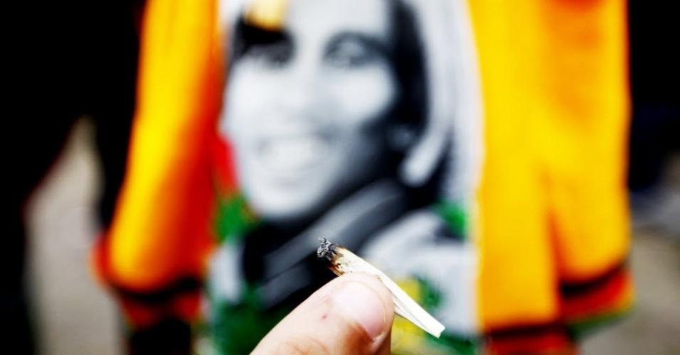 26.abr.2014 - Homem exibe cigarro durante Marcha da Maconha de São Paulo, neste sábado (26). Este ano o evento defende o cultivo caseiro da erva. Os organizadores esperam reunir 10 mil pessoas na região da avenida Paulista