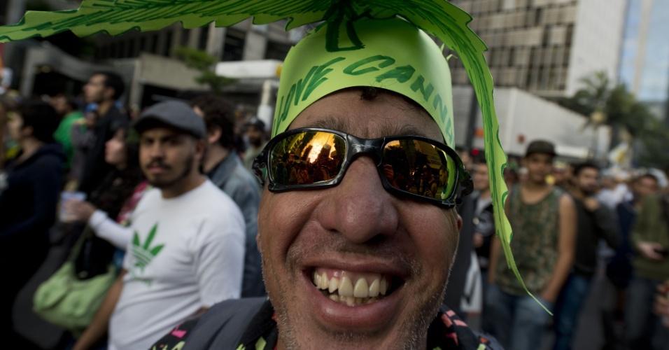 26.abr.2014 - Homem veste chapéu com o formato da folha da maconha para participar da Marcha da Maconha de São Paulo, neste sábado (26). Este ano o evento defende o cultivo caseiro da maconha