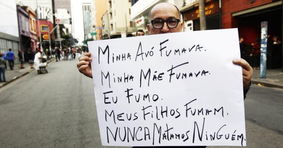 26.abr.2014 - Manifestante empunha cartaz em defesa do uso da maconha e contra a violência