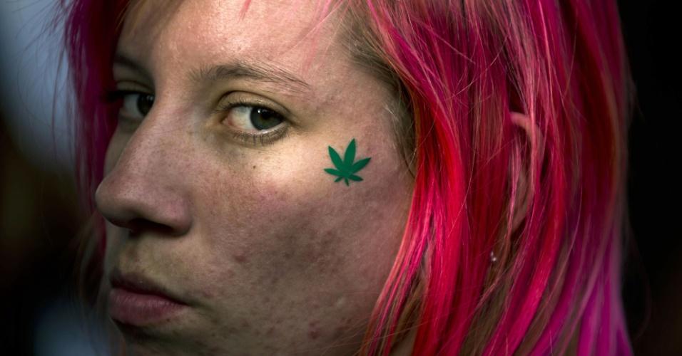 26.abr.2014 - Manifestante exibe tatuagem da folha de maconha durante a Marcha da Maconha de São Paulo, neste sábado (26). Este ano o evento defende o cultivo caseiro da maconha