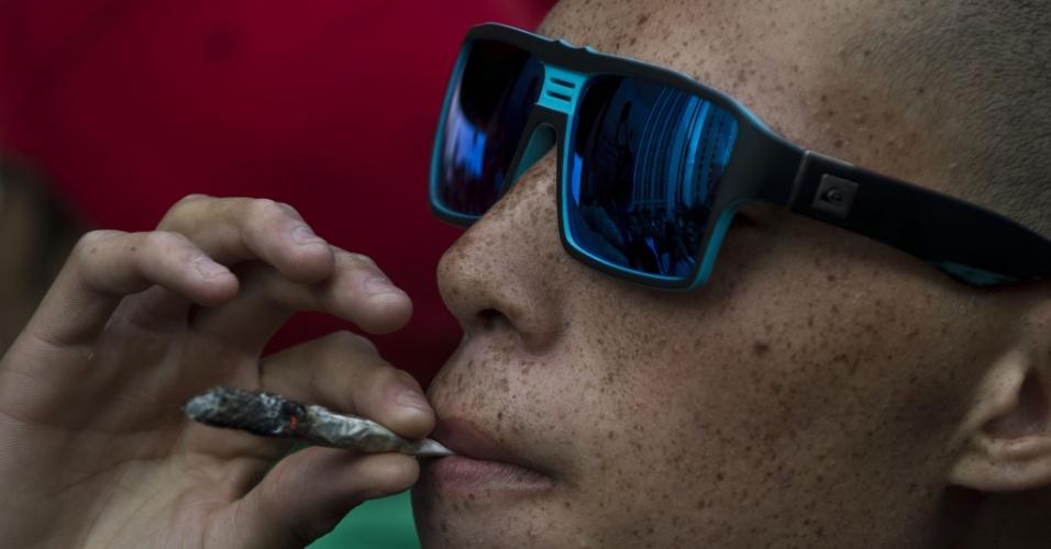 26.abr.2014 - Manifestante fuma cigarro durante a Marcha da Maconha de São Paulo, neste sábado (26). Este ano o evento defende o cultivo caseiro da maconha