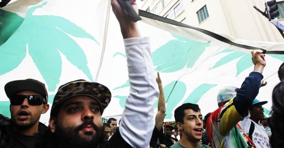 26.abr.2014 - Manifestantes carregam faixa durante a Marcha da Maconha neste sábado (26) em São Paulo. O ato deste ano defendeu o cultivo caseiro da erva