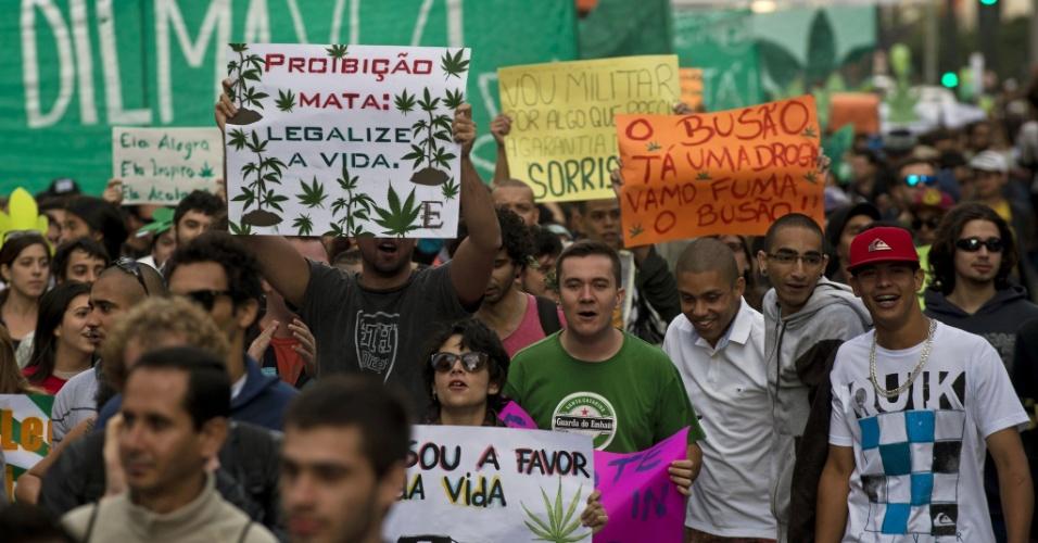 26.abr.2014 - Manifestantes com cartazes pedindo a legalização da maconha durante a Marcha da Maconha de São Paulo, neste sábado. Este ano o evento defende o cultivo caseiro da erva