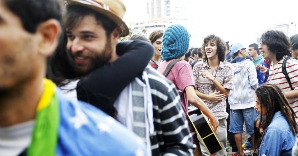 26.abr.2014 - Participantes da Marcha da Maconha de São Paulo reunidos em momento de descontração na região da avenida Paulista, neste sábado (26). Os organizadores esperam reunir 10 mil pessoas nesta edição que defende o cultivo caseiro da erva