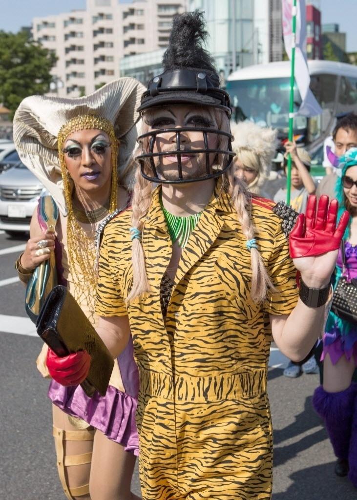27.abr.2014 - Pessoas fantasiadas participam da Parada Gay nas ruas de Tóquio, capital do Japão, neste domingo (27). Cerca de 3.000 LGBTs (Lésbicas, Gays, Bissexuais, Travestis, Transexuais e Transgêneros) e seus apoiadores marcharam nas ruas em um esforço para promover uma sociedade livre de preconceitos e discriminação