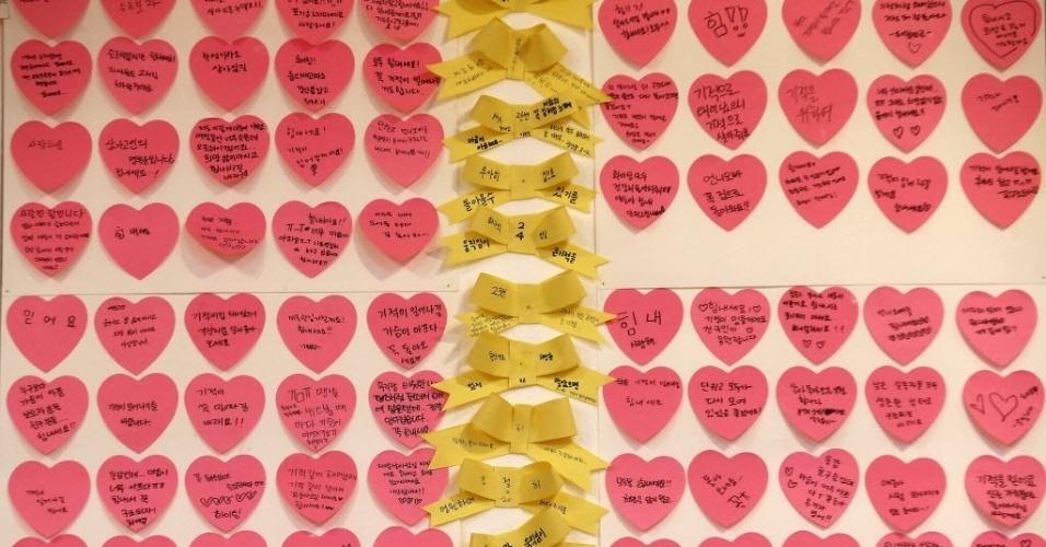 27.abr.2014 - Bilhetes em formas de coração e laço são deixados por alunos em memorial improvisado às vítimas do naufrágio da balsa Sewol, em frente ao portão de um colégio em Ansan, próximo a Seul, neste domingo (27). O primeiro-ministro sul-coreano, Chung Hong-won, renunciou após receber críticas pela gestão da tragédia ocorrida em 16 de abril