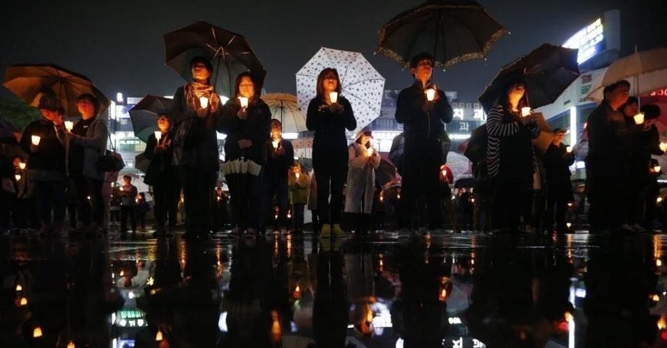 27.abr.2014 - Coreanos participam de vigília à luz de velas por mortos e desaparecidos no naufrágio da balsa Sewol, neste domingo (27). O primeiro-ministro sul-coreano, Chung Hong-won, renunciou após receber críticas pela gestão da tragédia ocorrida em 16 de abril