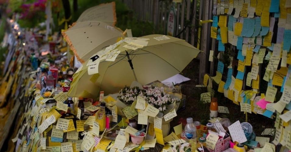 27.abr.2014 - Dezenas de bilhetes são deixados em memorial improvisado às vítimas do naufrágio da balsa Sewol, em frente ao portão de um colégio em Ansan, próximo a Seul, neste domingo (27). O primeiro-ministro sul-coreano, Chung Hong-won, renunciou após receber críticas pela gestão da tragédia ocorrida em 16 de abril
