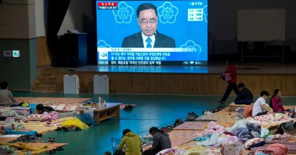 27.abr.2014 - Familiares de desaparecidos no naufrágio da balsa Sewol ignoram televisão com imagens da renúncia do primeiro-ministro sul-coreano, Chung Hong-won, neste domingo (27). Os parentes das vítimas estão acomodadas em um ginásio, em Jindo, à espera de notícias de equipes de resgate que trabalham na área em que a balsa naufragou em 16 de abril