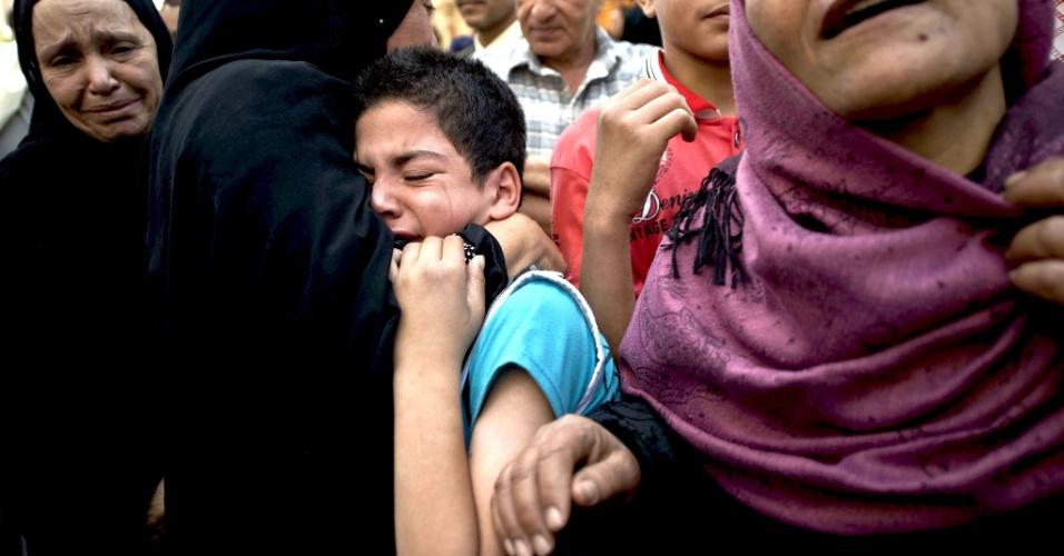 28.abr.2014 - Egípcios choram fora do tribunal na província de Minya após a condenação do líder da Irmandade Muçulmana, Mohamed Badie, e mais de 700 opositores à morte, na manhã desta segunda-fiera (28). Os réus foram acusados de envolvimento no assassinato e tentativa de assassinato de policiais na província de Minya em 14 de agosto