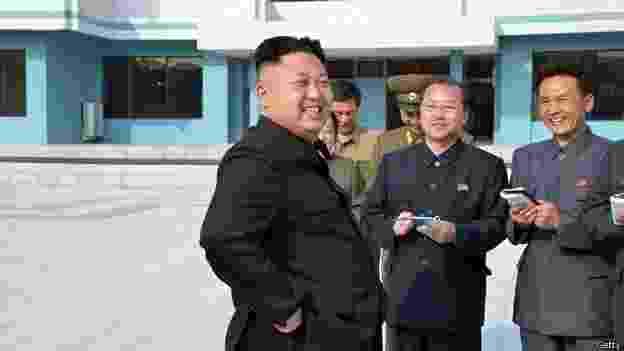 28.abr.2014 - Fotografias divulgadas recentemente do líder norte-coreano Kim Jong-un chamaram a atenção por um detalhe em comum: em todas as fotos, ele aparece rodeado por oficiais e generais fazendo anotações em cadernos. As imagens foram publicadas pela Agência de Notícias Central (KCNA) no país e mostram Kim Jong-un caminhando em um porto pesqueiro, conversando com um piloto que faz um voo de treinamento e inspecionando as instalações de um acampamento juvenil reformado. E quem são aqueles homens fazendo tantas anotações? Eles não são jornalistas, e sim soldados, membros do partido ou funcionários do governo, que registram até as piadas feitas pelo líder - Getty Images