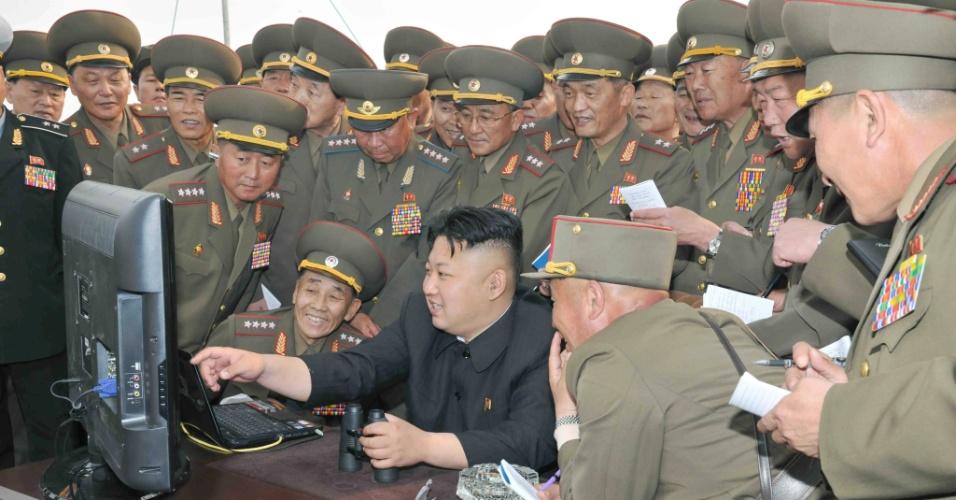 28.abr.2014 - Uma foto sem data divulgada pela KCNA (Agência Central de Notícias da Coreia do Norte) mostra o líder Kim Jong-un (centro) olhando para um computador cercado de militares em uma unidade de artilharia de longo alcance em local não revelado