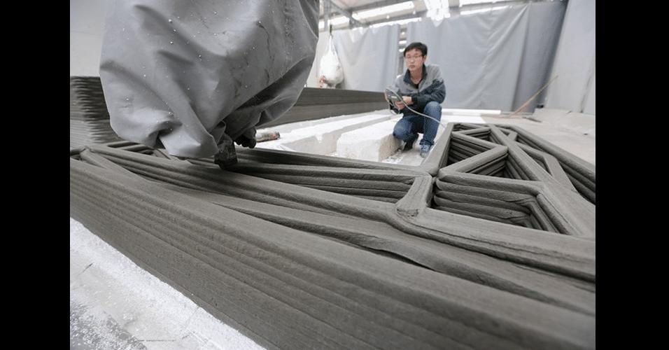 A empresa chinesa WinSun desenvolveu um sistema de impressão 3D que seria capaz de produzir até dez casas por dia, ao custo de US$ 5 mil cada (cerca de R$ 11,2 mil). Como matéria prima, os equipamentos utilizam uma mistura de cimento e entulho reciclado de outras obras. Cada impressora gigante tem 10 m de largura e 6,6 m de altura. São necessárias quatro máquinas para criar uma casa
