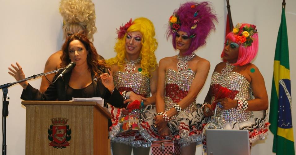 29.abr.2014 - A cantora Daniela Mercury participou do lançamento no Brasil da campanha mundial da ONU (Organização das Nações Unidas) Livres & Iguais, em São Paulo, nesta terça-feira (29). O projeto é do Alto Comissariado das Nações Unidas para os Direitos Humanos (ACNUDH) e busca promover a liberdade de escolhas e a igualdade de direitos para a população de lésbicas, gays, bissexuais, travestis e transexuais em todo o mundo. O evento também contou com a presença do prefeito de São Paulo, Fernando Haddad