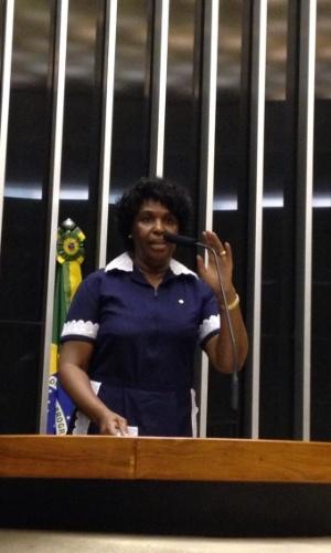 29.abr.2014 - A deputada federal Benedita da Silva (PT-RJ) decidiu fazer uma homenagem às trabalhadoras domésticas, nesta terça-feira (29), e foi ao plenário da Câmara dos Deputados, em Brasília (DF), vestida com um uniforme usado por empregadas domésticas. A foto foi publicada no perfil da deputada no Twitter, @blogdabenedita