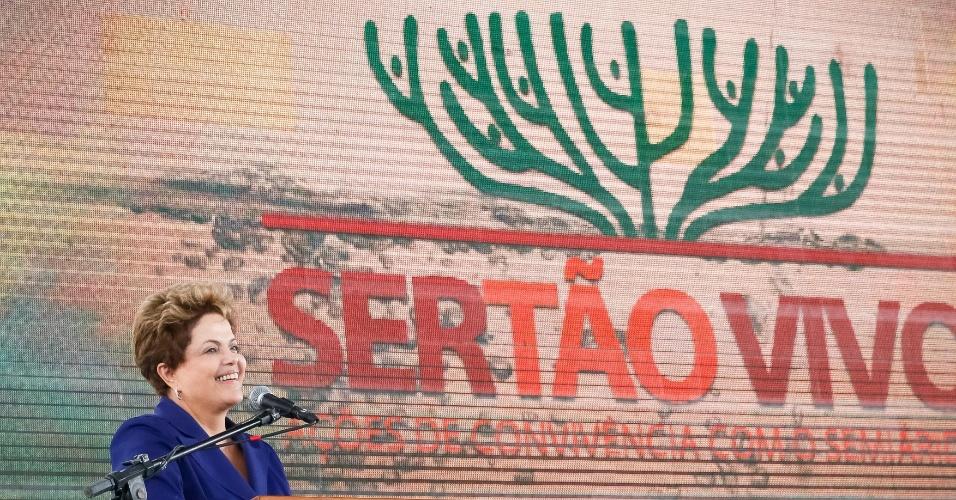 """29.abr.2014 - A presidente Dilma Rousseff afirmou nesta terça-feira (29), em Feira de Santana (a 114 km de Salvador), na Bahia, que o Nordeste se preparou melhor para conviver com a seca, ao contrário de """"Estados mais ricos da federação"""", que hoje enfrentam problemas de abastecimento de água. A declaração foi feita durante lançamento de ações para o semiárido, entrega de máquinas a prefeitos na Bahia e anúncio da prorrogação do Bolsa Estiagem para os sertanejos"""