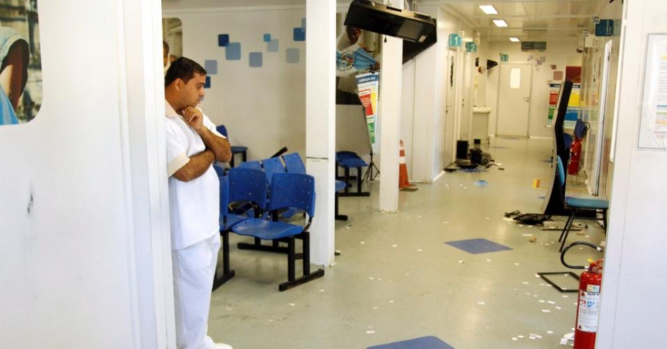 29.abr.2014 - A UPA (Unidade de Pronto Atendimento) situada no Complexo do Alemão, na zona norte do Rio, foi alvo de vandalismo por volta das 21h30 desta segunda-feira (28). Em um protesto contra a morte de uma moradora, manifestantes forçaram a porta da frente da unidade, deixando em pânico pacientes e profissionais que estavam no local. Assustados, médicos chegaram a pular por uma das janelas da UPA a fim de escapar do ataque