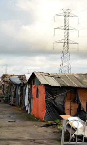 29.abr.2014 - Acampamento Genipapo, às margens da BR-101 e sob linhas de transmissão de energia de alta tensão, tem cerca de 50 casas sem energia