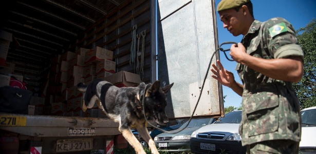 Ação conjunta entre Exército e a Polícia Rodoviária Federal fiscaliza veículos na BR-020, em busca de explosivos que poderiam ser usados nos assaltos a caixas eletrônicos