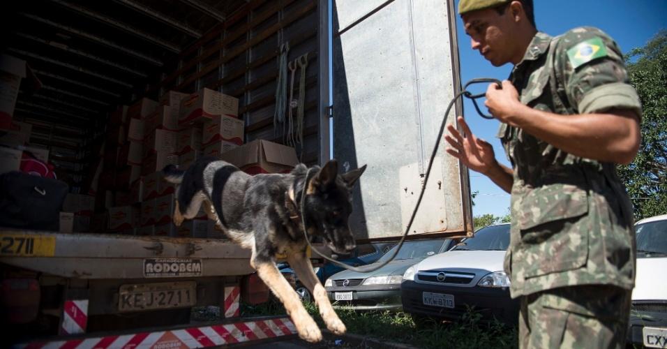 29.abr.2014 - Ação conjunta entre Exército e a Polícia Rodoviária Federal fiscaliza veículos na BR-020, no Distrito Federal, em busca de explosivos e produtos correlatos