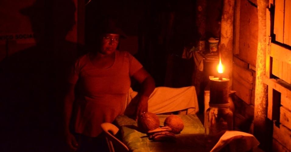 29.abr.2014 - Agricultora Severina Maria de Moura, 52, nunca teve uma televisão e se vira com velas ou o velho lampião, quando tem dinheiro para comprar o gás