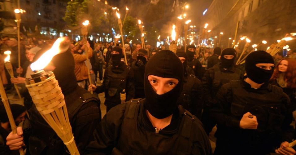 29.abr.2014 - Ativistas ultranacionalistas marcham em direção à praça da Independência para lembrar os heróis de Maidan, em Kiev, na Ucrânia, nesta terça-feira (29). Depois de criticar duramente nesta terça-feira (29) as novas sanções impostas ao país pelos EUA e pela União Europeia em retaliação à tensão política e militar que se estabeleceu na Ucrânia -- nos últimos dias, especificamente no leste do país-- a Rússia anunciou que pode rever a presença de empresas norte-americanas e europeias