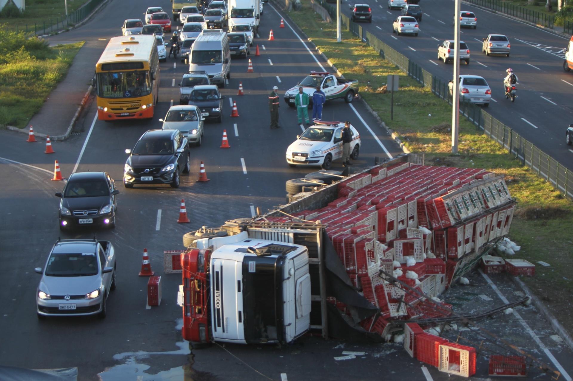 29.abr.2014 - Caminhão carregado com frangos tomba na avenida Cristiano Machado, na altura do bairro São Gabriel, em Belo Horizonte (MG). O trânsito no local foi desviado